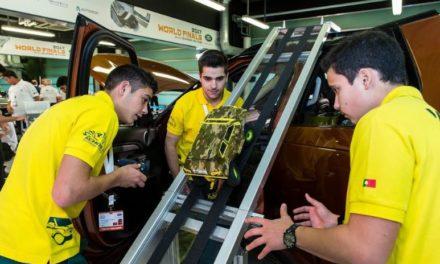 """المهندسون الشباب يبدعون في تحدي """"لاند روڤر"""" للترميز الحاسوب ي في أبوظبي"""