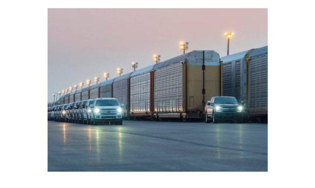 شاحنة فورد F-150 الكهربائية بالكامل وبتصميم فورد المتين تشهد تطوراً متواصلاً؛ شاهدوا قوة النموذج الأولي أثناء سحبه وزناً يتجاوز مليون رطل