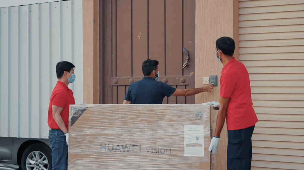 HUAWEI Vision s فريق التوصيل يسلم اول عميل