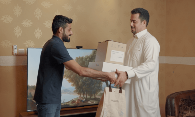 أول عميل في المملكة العربية السعودية يتسلّم شاشة HUAWEI Vision S الذكية من هواوي
