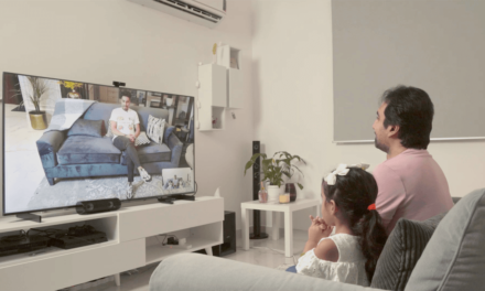 لاعب كرة القدم المتميّز سالم الدوسري يفاجئ مشجّعيه ويتّصل بهم عبر الشاشة الذكية HUAWEI Vision S